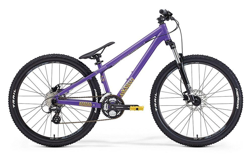 Велосипед Meridaтрюковые (BMX)<br>ВЕЛОСИПЕД MERIDA HARDY 6.70 (2015) — отличный выбор для активного отдыха. Этот велосипед стоит выбирать любителям трюков и сложных маневров. Его отличительная черта — низкая упрочненная рама из сплава Racelite 6061 , которая без проблем перенесет все приключения. Дополняют ее мощные колеса 26 дюймов с покрышками Merida Trail, которые разработаны именно для экстремальных экспериментов. Вам понадобятся хорошие тормоза — в этой модели они представлены дисковыми гидравлическими ProMax DSK. А прыжки и другие трюки намного удобнее будет делать с хорошей амортизацией, которую гарантирует вилка SR Suntour XCM.В нашем магазине можно купить ВЕЛОСИПЕД MERIDA HARDY 6.70 (2015) или выбрать себе новинку из моря других моделей. Быстрое оформление и обработка заказа, доставка по РФ и приятные цены — мы рады предложить вам только лучшее.<br><br>year: 2015<br>цвет: фиолетовый<br>пол: мужской<br>тип рамы: хардтейл<br>уровень оборудования: любительский<br>длина хода вилки: от 100 до 150 мм<br>тип заднего амортизатора: без амортизатора<br>блокировка амортизатора: нет<br>вынос: Merida Comp OS 7, 60 мм<br>руль: Merida Comp OS, ширина 680 мм, подъем 25 мм<br>передний тормоз: ProMax DSK, диаметр ротора 160 мм<br>задний тормоз: ProMax DSK, диаметр ротора 160 мм<br>цепь: KMC 8s<br>система: FSA Dynadrive 42-32-22<br>каретка: FSA Powerdrive<br>педали: DH Comp<br>ободья: Merida Matts D<br>передняя втулка: Alloy Disc<br>задняя втулка: Alloy Disc cassette<br>передняя покрышка: Merida Trail, 26<br>задняя покрышка: Merida Trail, 26<br>седло: Merida Sport 5<br>подседельный штырь: MJ MSP-15AL.1, диаметр 31,6 мм, длина 350 мм<br>кассета: Sunrace CS8, 11-32<br>манетки: Shimano Altus Rapidfire<br>рама: Hardy Comp<br>вилка: SR Suntour XCM, ход 100 мм<br>размер рамы: 16&amp;amp;quot;<br>материал рамы: алюминий<br>тип тормозов: дисковый гидравлический<br>диаметр колеса: 26<br>тип амортизированной вилки: пружинная<br>передний переключатель: Shimano M310<br>задний переключате
