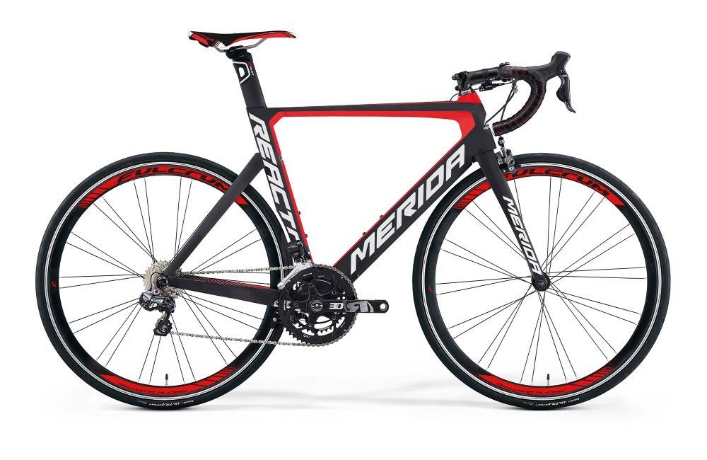 Велосипед MeridaШоссейные<br>ВЕЛОСИПЕД MERIDA REACTO 7000-E (2016) – яркая и стильная модель шоссейно-циклокроссового типа порадует своими характеристиками активного велосипедиста. Она оснащена фирменной упрочненной рамой Reacto CF3 с устойчивой, сбалансированной конструкцией и спортивной посадкой. Красно-черная цветовая гамма выглядит агрессивно и мощно, хорошо подчеркивая особенности этой модели. Вы оцените наличие надежной вилки Reacto Carbon pro-direct и ободных тормозов Shimano Ultegra-direct для безупречного контроля над ситуацией в дороге. Колеса 28 дюймов со спортивными покрышками Continental Grand Sport Race подойдут для долгих трасс и высоких нагрузок, а 2-ступенчатая трансмиссия добавит комфорта катанию.У нас вы сможете купить ВЕЛОСИПЕД MERIDA REACTO 7000-E (2016) по приятной цене и заказать доставку в любую точку РФ. На сайта всегда новинки брендов, акции и скидки!<br><br>year: 2016<br>цвет: чёрный<br>пол: мужской<br>тип тормозов: ободной<br>уровень оборудования: профессиональный<br>материал рамы: карбон<br>количество скоростей: 22<br>рулевая колонка: B47-4856 bearing carbon neck pro<br>вынос: FSA Gossamer pro -6<br>руль: FSA Gossamer compact OS<br>грипсы: Merida Road Pro 3D<br>передний тормоз: Shimano Ultegra-direct<br>задний тормоз: Shimano Ultegra-direct<br>тормозные ручки: Attached<br>цепь: KMC X11EL<br>система: Rotor 3D30 noQ [386], 52-36T<br>каретка: Attached<br>ободья: Fulcrum Quattro 35<br>передняя втулка: Attached<br>задняя втулка: Attached<br>передняя покрышка: Continental Grand Sport Race 25 fold<br>задняя покрышка: Continental Grand Sport Race 25 fold<br>седло: Prologo new Nago Evo T2.0<br>подседельный штырь: Reacto carbon Race [Di2 ready]<br>кассета: Shimano CS-9000-11, 11-28T<br>передний переключатель: Shimano Ultegra D Di2<br>задний переключатель: Shimano Ultegra SS Di2<br>манетки: Shimano Ultegra Di2<br>рама: Reacto CF3<br>вилка: Reacto Carbon pro-direct<br>размер рамы: 21.5&amp;amp;quot;